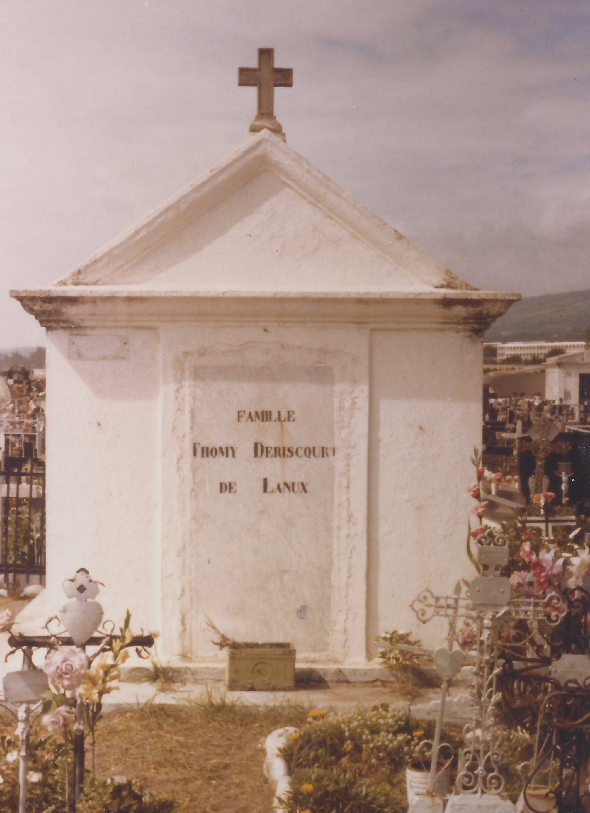 Tombe de la famille Desricourt de Lanux à St Denis (Réunion)
