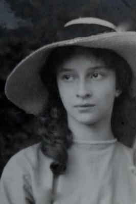 Julie Henriette Combret dite Lilie de Lanux en 1908, la sœur de Pierre de Lanux.